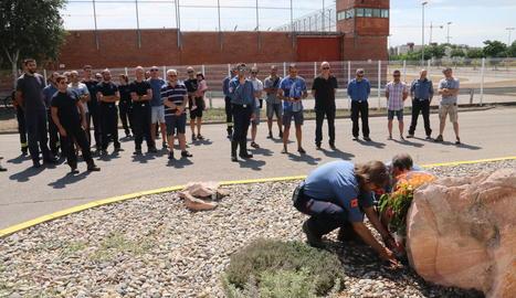 Bombers van dipositar flors davant la placa de record que hi ha al parc de Lleida.