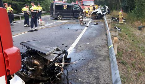 Els Mossos i els Bombers treballen al punt de carretera on va tenir lloc l'accident.