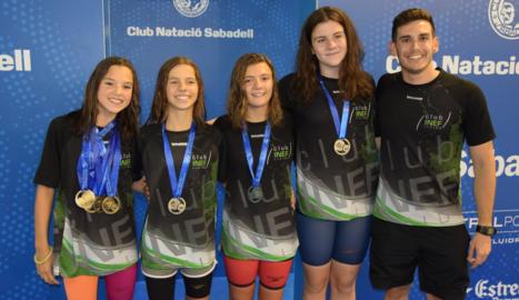 Emma Carrasco, Maria Alsina, Maria Herreros, Carla Roure i l'entrenador del Club Inef Lleida, Joan Seguí.