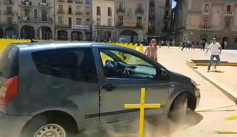 Imatge del cotxe envestint diverses creus grogues.