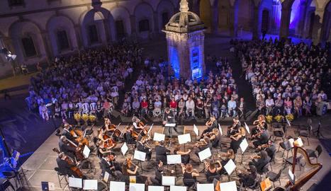 El concert va tenir lloc al pati de la Universitat.