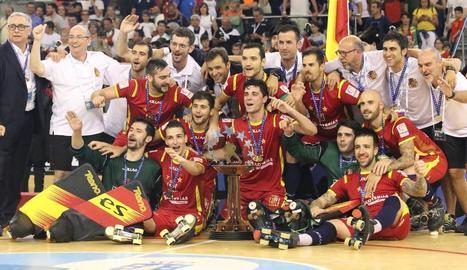Els jugadors de la selecció celebren eufòrics el dissetè títol europeu de la història.