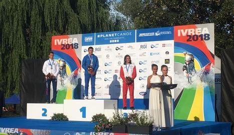 Pau Etxaniz, a la dreta, al podi de Kayak Extreme que posava el punt final al Mundial d'Ivrea.