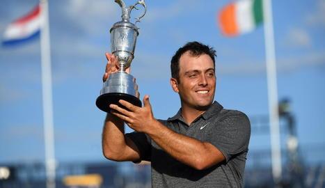 Francesco Molinari aixeca el trofeu de campió.
