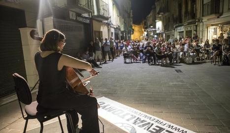 La violoncel·lista de Cervera Laia Puig, interpretant 'El cant dels ocells'.