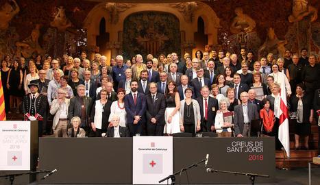 Els guardonats, acompanyats del president de la Generalitat, Quim Torra, i el president del Parlament, Roger Torrent, a l'escenari del Palau de la Música.