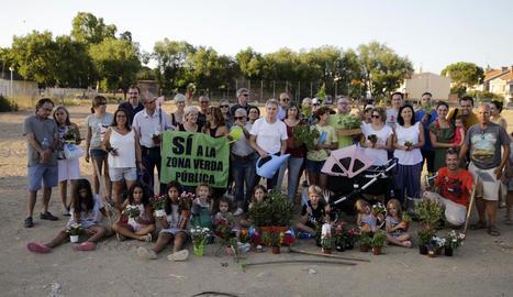 Desenes de veïns van participar ahir en una plantada de flors a Ciutat Jardí.