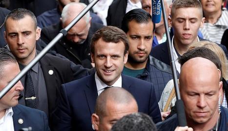 El president francès, Emmanuel Macron, amb Benalla just darrere d'ell, en una imatge d'arxiu.
