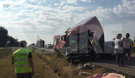 Xoc entre un cotxe, una furgoneta i un camió a l'N-240