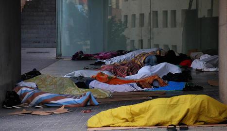 Temporers dormint dilluns davant del centre cívic de l'Ereta.