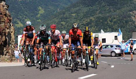 Un grup de corredors durant l'etapa d'ahir en plena ascensió.