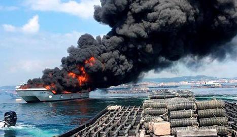 Imatge de l'incendi del catamarà turístic a l'Illa da Toxa.