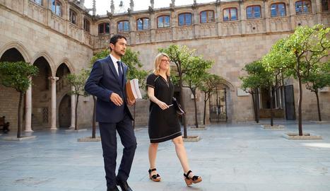La portaveu del Govern, Elsa Artadi, amb el conseller de Territori, Damià Calvet, ahir, a la Generalitat.