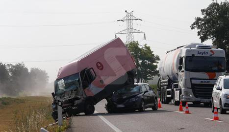 Accidente en la N-240 entre un vehículo, una furgoneta y un camión