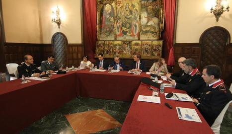 A la junta van participar representants de la Guàrdia Urbana, Mossos, Guàrdia Civil i Policia Nacional.