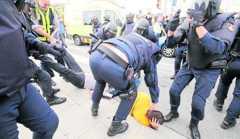Imatge de la càrrega policial de l'1-O a l'Escola Oficial d'Idiomes.