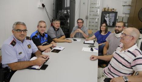 Imatge de la reunió dels veïns de Turó de Gardeny amb Mossos i Guàrdia Urbana.