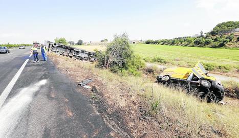 Imatge del tràiler i la furgoneta de manteniment de carreteres de l'accident de Bell-lloc.