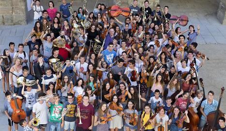 Una foto de família dels alumnes ahir, a la sortida de classe al pati de la Universitat.