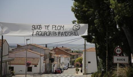 La pedania es va despertar ahir amb pancartes reivindicatives per trobar una solució.