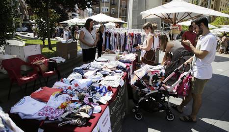 Els veïns de la Zona Alta van poder gaudir del mercat i de les rebaixes i promocions que oferia.