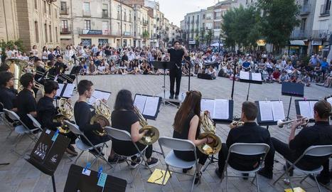 Els joves músics d'instruments de metall van omplir ahir a la tarda la plaça Universitat.