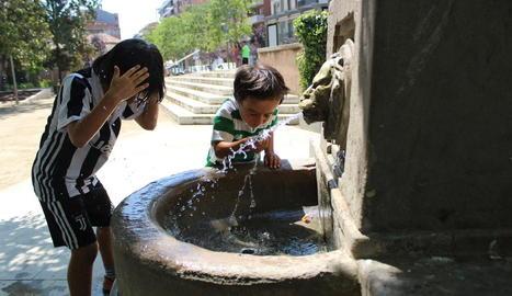 Petits i grans es refrescaven ahir a les piscines del barri de la Bordeta.