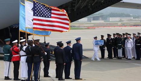 Trasllat de restes de soldats dels EUA morts a Corea, ahir.