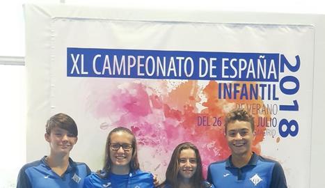 Paula Juste al costat dels seus companys del CN Lleida després de la segona jornada dels campionats.