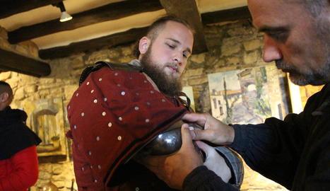 escuderes. La Jade ajuda el David a cosir una placa que cobreixi un tros de cintura al descobert.
