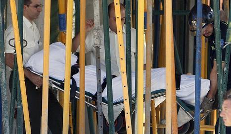 Imatge del trasllat d'un treballador mort en una obra a Madrid.