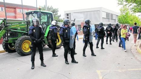 Agents de la Policia Nacional, l'1 d'octubre a l'institut de la Caparrella.