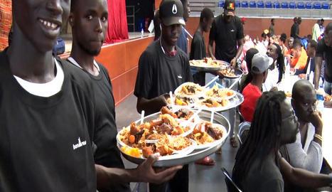Els participants en el dinar van mostrar la gran diversitat gastronòmica d'aquesta comunitat.