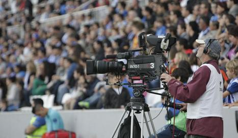 Un tècnic de TV3, amb la càmera durant una retransmissió d'un partit al Camp d'Esports.