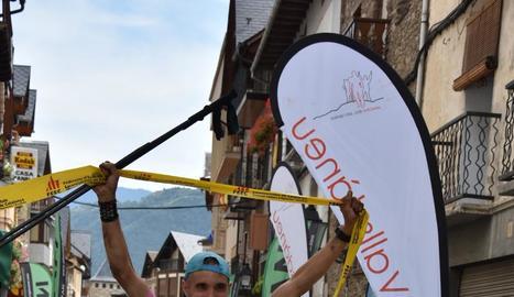 Alberto Vinagre va creuar la línia de meta a Esterri d'Àneu després de 16 hores de cursa.