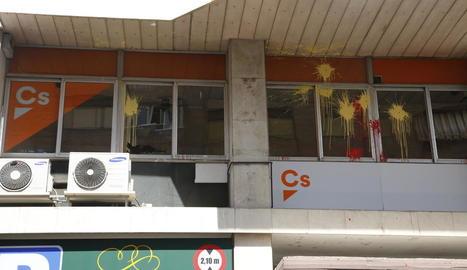 L'exterior de la seu de Ciutadans, apedregada i pintada.