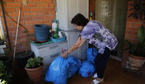 L'Antonieta mostrava ahir les escombraries que ha d'acumular al balcó perquè no les pot baixar.