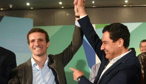 El líder del PP, Pablo Casado, ahir, amb el president de la formació a Andalusia, Juanma Moreno.
