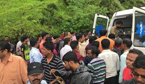 Els equips de rescat, al lloc on va caure l'autobús.