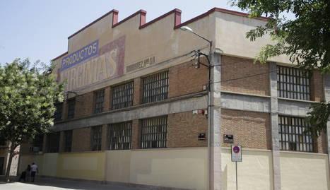La planta està ubicada al carrer Pintor Garcia Lamolla.