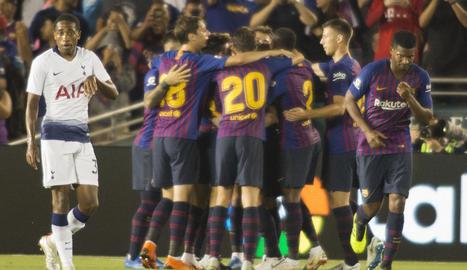 Els jugadors blaugrana celebren el segon gol aconseguit pel debutant Arthur.