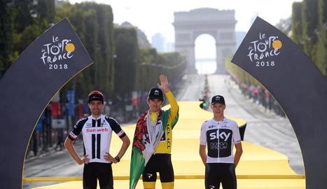 Geraint Thomas celebra amb la bandera de Gal·les la victòria al Tour al costat de Dumoulin i Froome.
