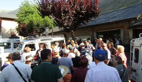 Turistes esperant el servei de taxi per anar fins a Aigüestortes.