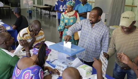 Un dels votants que van acudir ahir al centre cívic.