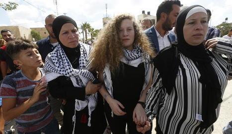 L'adolescent palestina Ahed Tamimi (centre) va ser alliberada ahir.