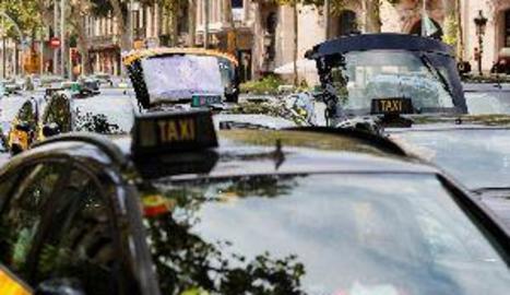 Els 1.500 taxis que ocupen la Gran Via tallen el trànsit al Passeig de Gràcia