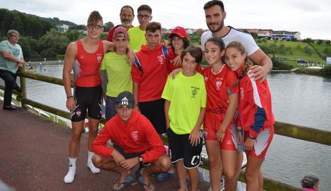 Craviotto, amb els joves palistes lleidatans