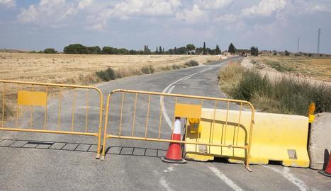 La carretera entre Castellserà i Preixens, tallada per obres.