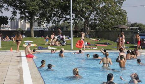 Les piscines municipals de Pardinyes es van omplir ahir a la tarda per les altes temperatures.