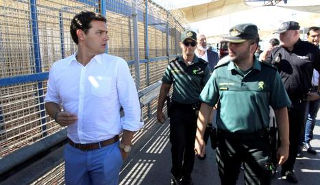 El líder de Ciutadans, Albert Rivera, ahir, a la tanca fronterera entre Ceuta i el Marroc.